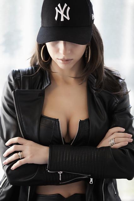 帽子を被り腕を組む女性