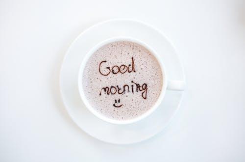 コーヒーカップのラテアートでGOOD morningと書いてある画像