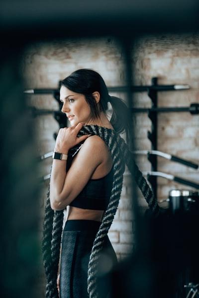 ジム内でロープを持っている外国人女性の画像