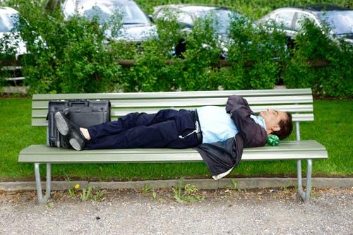 公園のベンチで休んでいる男性画像検索結果