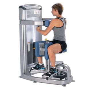 トレーニングマシンに座り身体をひねる運動を行っている男性の画像
