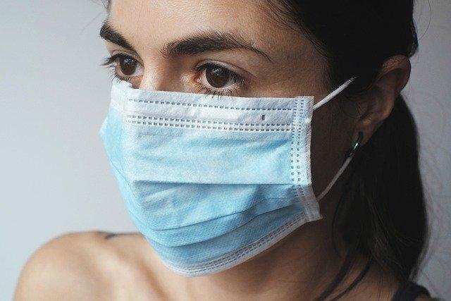 マスクをしている外国人女性の画像