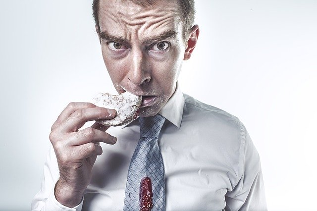男性がパンを食べている画像