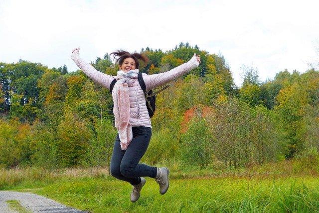 外でジャンプしている女性の画像