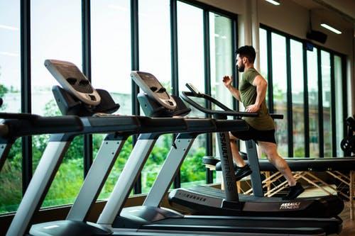 ランニングマシンで走っている男性の画像
