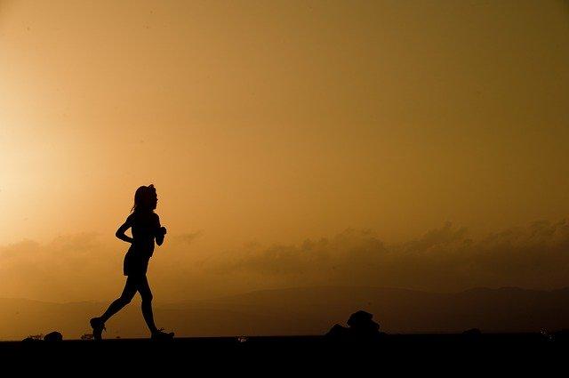 外でランニングをしている女性