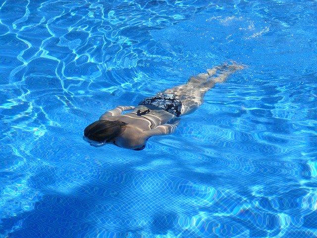 プールで泳いでいる女性の画像