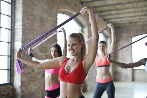 女性がチューブで運動をしている画像