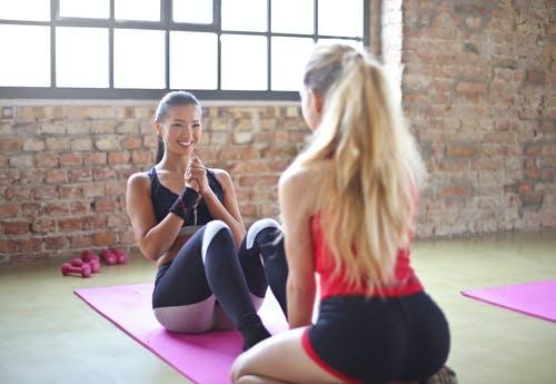 女性が2人で運動をしている画像