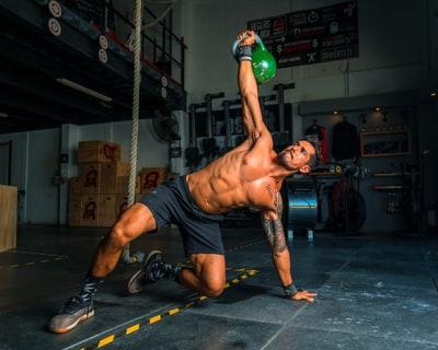 ジムでトレーニングをしている男性の画像