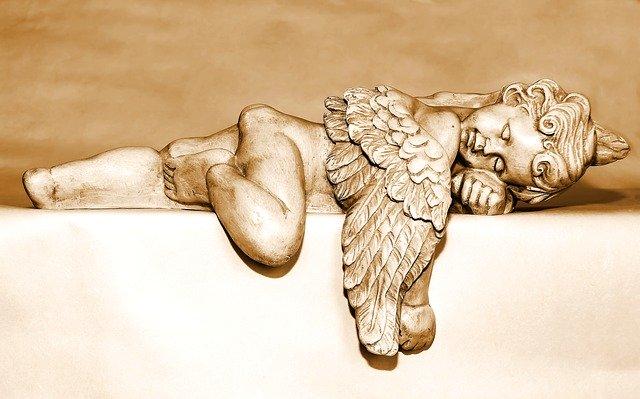 天使が寝そべっている画像