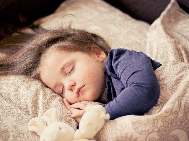 赤ちゃんが布団で寝ている画像