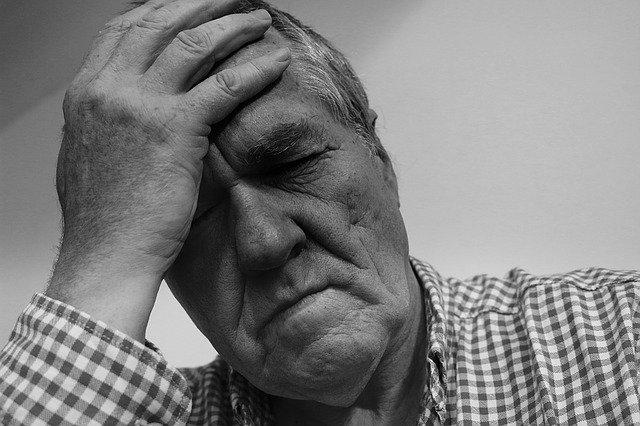 頭が痛くて悩んでいる男性の画像